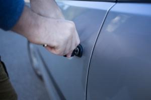 車のドアが凍って開かない場合の対処法!スライドドアや給油口の凍結防止アイテム