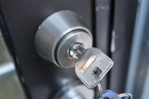 冬に鍵が回らない!玄関や車の鍵が固い・凍結時の対処法やダメなこと